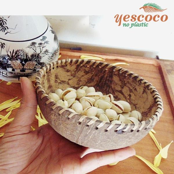 Bát gáo dừa đựng hạt dẻ